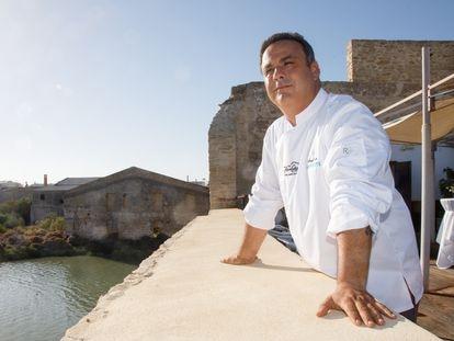 Ángel León en la terraza superior de Aponiente, su restaurante en el Molino de mareas del Puerto de Santa María, Cádiz.