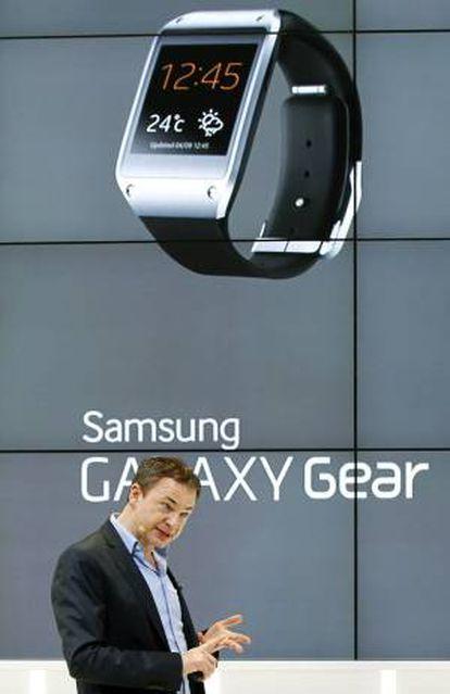 Un empleado explica las características de los productos Samsung en el Congreso de Móviles que hoy cerrará sus puertas en el recinto ferial de Gran Vía de Barcelona con un balance de más de 75.000 asistentes, la mayor cifra alcanzada jamás por este evento.