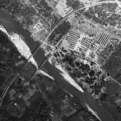 1945: puentes sobre el río Mae Klong (Tailandia) construidos por prisioneros británicos e inmortalizados por David Lean en<i> El puente sobre el río Kwai.</i>