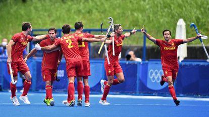 Pau Quemada, el segundo por la derecha, celebra el gol del empate ante Australia que clasificó a España para los cuartos de final.
