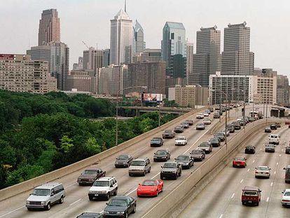 Tráfico intenso en las vías de entrada y de salida de Filadelfia (Pensilvania, EE UU).