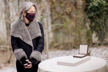 La poeta Louise Glück posa en el jardín de su casa de Cambridge (Massachusetts, EEUU) con la medalla del premio Nobel de literatura el pasado 7 de diciembre.
