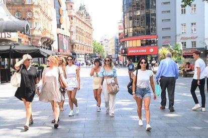 Peatones en Leicester Square (Londres) este lunes.