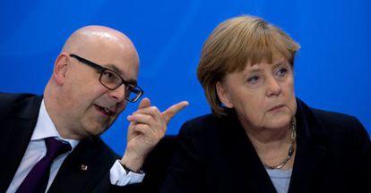 La canciller Angela Merkel con Thorsten Albig, presidente de la región de Schleswig Holstein.