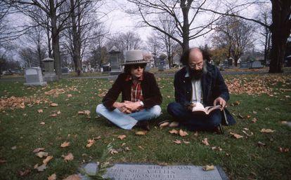 Bob Dylan y Allen Ginsberg, en la tumba de Jack Kerouac en Massachusetts, en un instante de 'Rolling Thunder Revue'