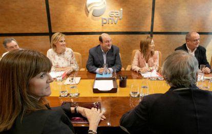 Andoni Ortuzar e Idoia Mendia, con representantes de sus partidos, en una reunión del PNV y PSE.