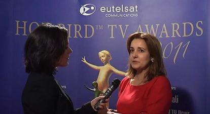 Asun Gómez Bueno responde a una entrevista en la entrega de los HOT BIRD TV Awards 2011.