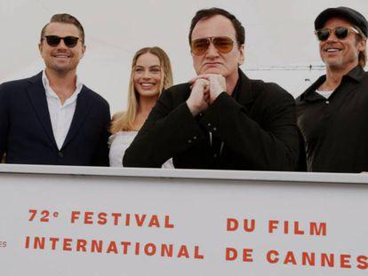 Leonardo DiCaprio, Margot Robbie, Quentin Tarantino y Brad Pitt, antes de su rueda de prensa en Cannes. En vídeo, Carlos Boyero, crítico de cine de EL PAÍS, analiza 'Érase una vez en... Hollywood'.