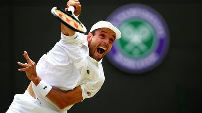 Bautista sirve durante el partido contra Pella en Wimbledon.