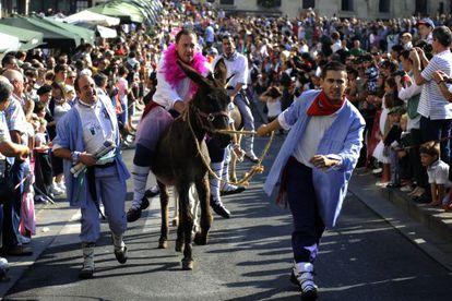 Un momento de la tradicional carrera de burros celebrada en Vitoria, durante el Día del Blusa de 2012.