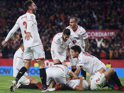 Los jugadores del Sevilla celebran el gol de Vázquez.