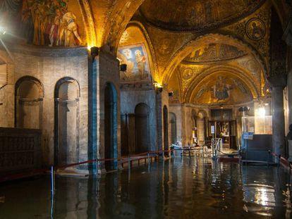 Interior de la basílica de San Marcos. En el vídeo: imágenes de las inundaciones en Venecia (ATLAS)