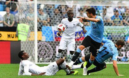 Pogba trata de robar el balón a Vecino, con Kanté al fondo, durante los cuartos de final del Mundial de Rusia.