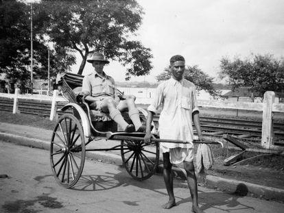 Un policía europeo subido en un 'rickshaw' tirado por un indio en Calcuta hacia 1919.