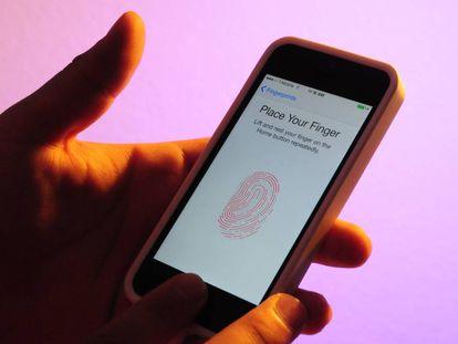 Teléfono inteligente con lector de huellas dactilares.