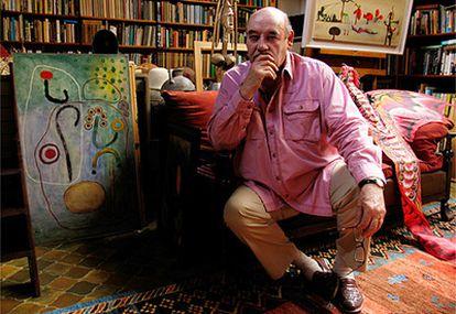 El zoólogo, en su estudio de Oxford, rodeado de sus pinturas, una enorme biblioteca y recuerdos de sus múltiples viajes (ha recorrido 90 países).