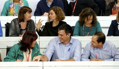 Pedro Sánchez, entre Micaela Navarro y César Luena, en el Comité Federal del PSOE. Ballesteros EFE