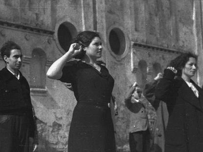 Miembros de las Juventudes Socialistas Unificadas en Gijón, en marzo de 1937. Foto de Constantino Suárez que aparece en 'Vaca mugiendo entre ruinas''.