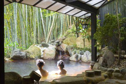 Dos mujeres en un baño tradicional en Japón.
