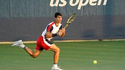 Carlos Alcaraz devuelve la pelota durante un partido en Flushing Meadows.