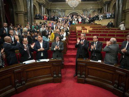 El independentismo catalán consumó su desafío y el Parlament aprobó la ley que servirá para convocar el referéndum de independencia del 1 de octubre en medio de una bronca política sin precedentes. Poco después, el Gobierno catalán en pleno ha firmado el decreto de convocatoria de la consulta del 1 de octubre.