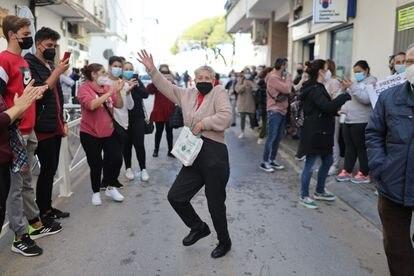 Una barbateña se arranca a bailar flamenco después de que la localidad gaditana se haya visto agraciada con un tercer premio que les ha dejado 45 millones de euros.