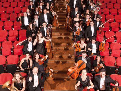 Miembros de la Orquesta Sinfónica de Galicia en la escalera del Palacio de la Ópera de A Coruña .