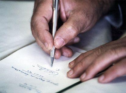 Xosé Luís Méndez Ferrín asina un libro.