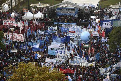 Panorámica de la movilización en Plaza de Mayo este viernes.