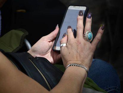 Una mujer utiliza un 'smartphone' de Samsung.