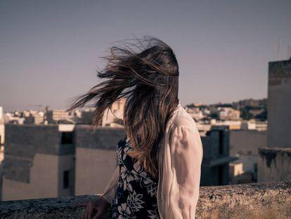 Julie (su verdadero nombre se ha omitido para preservar el anonimato) en la azotea de un edifico en la bahía de Spinola, en San Julián (Malta).