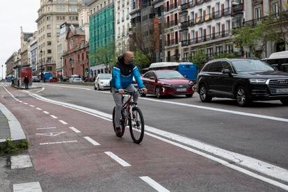 Un hombre circula por un carril bici del centro de Madrid este jueves.