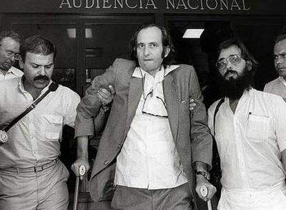 Cubillo, a la salida de una comparecencia en la Audiencia Nacional, en 1985.