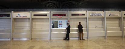 Mostradores de aerolíneas cerrados en una de las terminales del aeropuerto de Barajas.