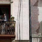 Dos vecinos conversan en el balcón de sus casas en Madrid este jueves durante la cuarta jornada laboral de aislamiento por el coronavirus.