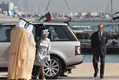 Felipe de Edimburgo observa cómo su esposa, la reina de Inglaterra, baja de un automóvil en Abu Dabi.