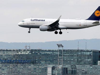 Un avión de la aerolínea Lufthansa aterriza en el aeropuerto internacional de Frankfurt, el pasado 18 de marzo.