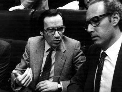 Felipe González (expresidente del gobierno) , Alfonso Guerra (exvicepresidente) y el exministro de economía Miguel Boyer, durante el debate en el Congreso sobre la expropiación de Rumasa, en 1983.
