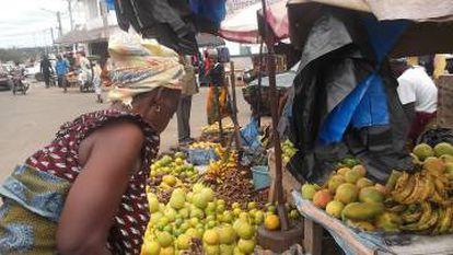 Mujer en su puesto de frutas del mercado de Yamusukro, en Costa de Marfil.
