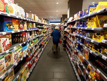 Una mujer camina por el pasillo de un supermercado de Berlín (Alemania).