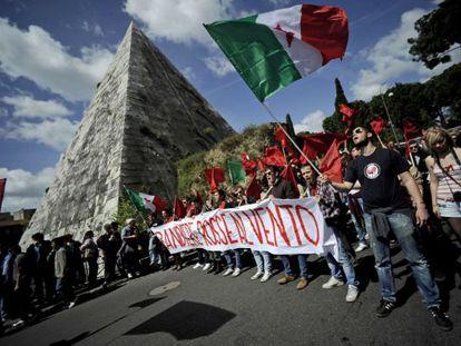 Manifestantes en Roma conmemoran el 25 de abril.