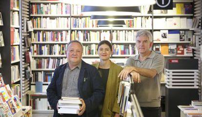 De izquierda a derecha, José Antonio Millán, Pilar Reyes y Antonio Ramírez en la librería La Central de Callao, en Madrid.