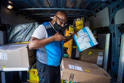 Un repartidor de Amazon reparte paquetes al norte de Washington DC, el pasado 6 de abril.