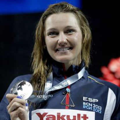 Melanie Costa muestra la medalla de plata