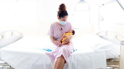 Una madre con su recién nacida, en febrero pasado, en el Hospital Materno Infantil Vall d'Hebron de Barcelona.
