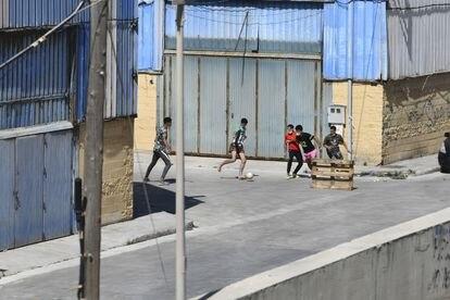 Un grupo de niños llegados a Ceuta juega al fútbol en el polígono donde están acogidos, el pasado 2 de junio.