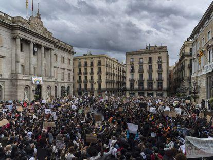 Protesta en la plaza de Sant Jaume de Barcelona por la muerte de George Floyd.