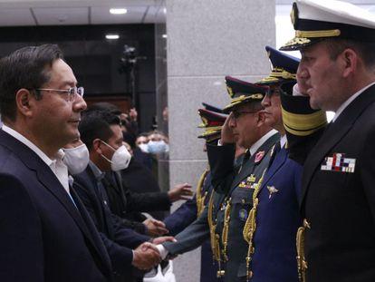 Luis Arce saluda a los oficiales elegidos para ocupar la cúpula militar, este lunes en La Paz.