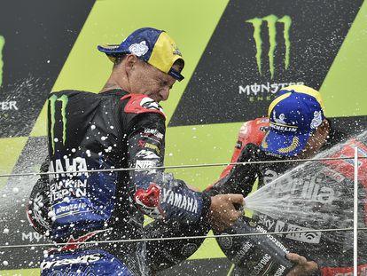 Fabio Quartararo celebra su triunfo junto a Aleix Espargaró.
