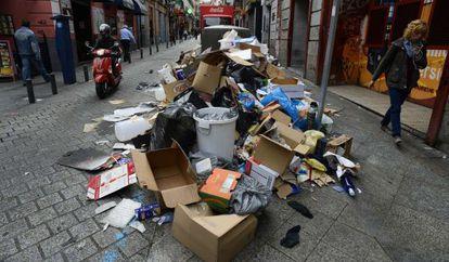 Una mujer camina junto a la basura en una calle del distrito Centro.